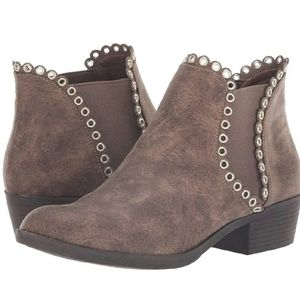 😍30% Off if bundle 3😍  Sbicca Taupe Booties